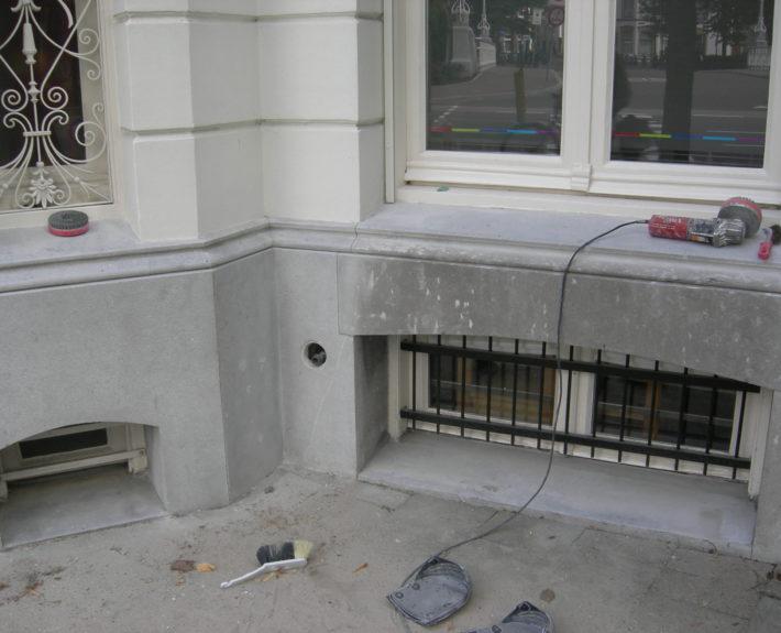 Een Hardsteen gevel renoveren. Rechts ziet u hoe de gevel er uit zag en links na de behandeling