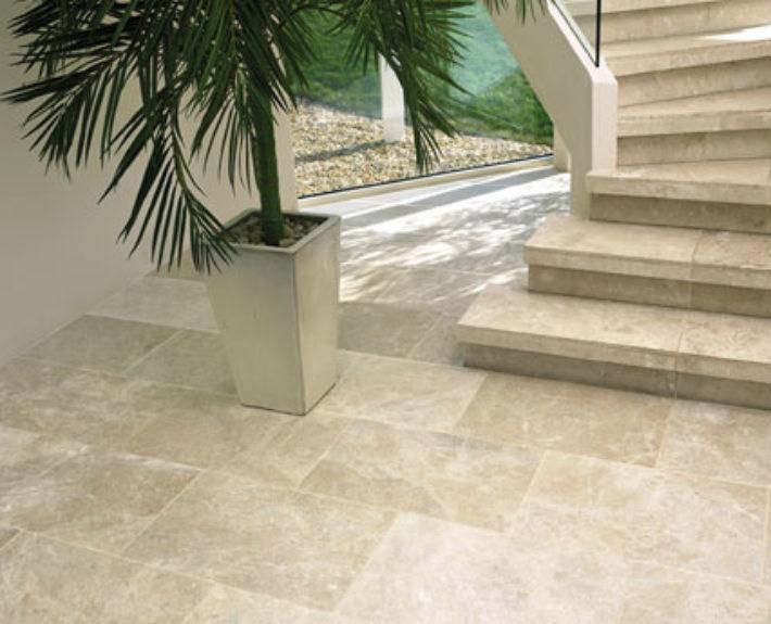 Natuursteen trap en entreevloer