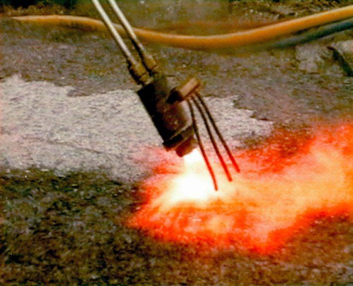 Branden. Dit wordt toegepast om het natuursteen stroef te maken.