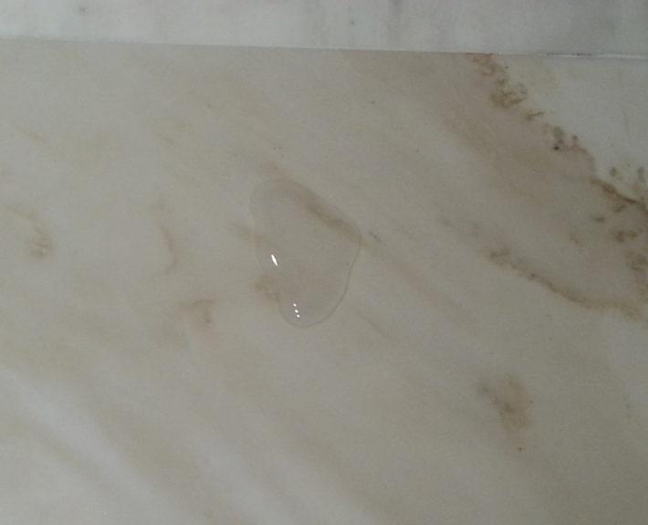 Geïmpregneerde marmeren vloer. Zoals u kunt zien blijft het vocht op de vloer liggen. Hierdoor is het snel te verwijderen voor het in de vloer trekt.