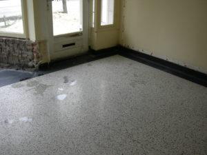Zo komt de vloer onder de lijmlaag vandaan en het is een prachtige vloer