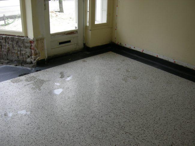 Zo komt de oorspronkelijke granito vloer onder de lijmlaag vandaan. Het is weer een prachtige vloer.