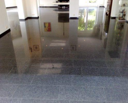 Kleurverdiepend impregneren. In de voorgrond de vloer voor het impregneren. Verder ziet u hoe mooi en donker de vloer wordt.