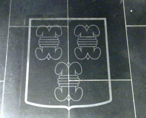 Logo stralen in natuursteen