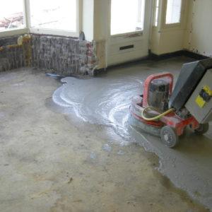 Onder de lijmlaag ligt een prachtige granito vloer