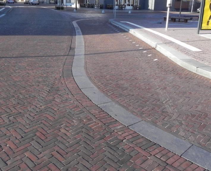 De te gladde trottoirbanden moeten stroever gemaakt worden.