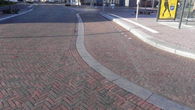 Te gladde trottoirbanden, deze moeten stroever gemaakt worden.