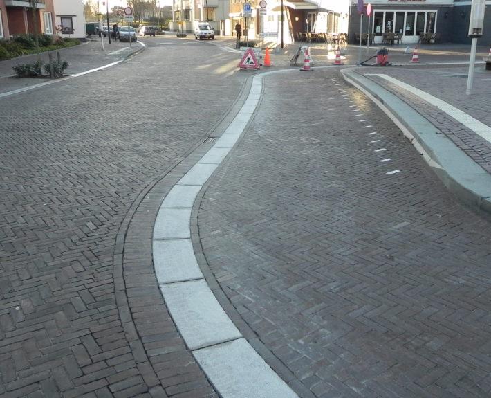 De trottoirbanden zijn gebouchardeerd en daardoor stroef