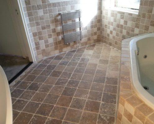 Gereinigd kalksteen in badkamer