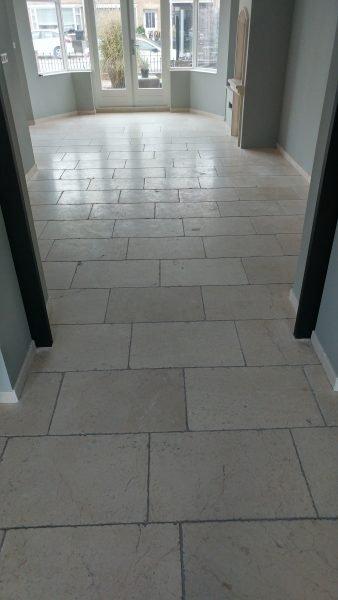 Vervuilde kalksteen vloer en voegen