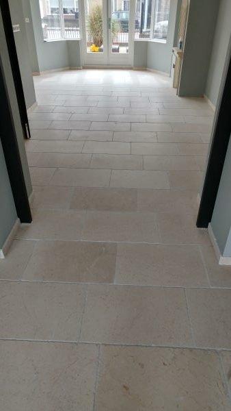 Kalksteen vloer en voegen gereinigd